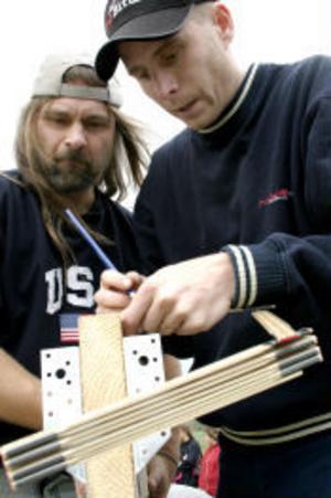 Glenn Häggström och Jörgen Fahlström är här mycket koncentrerade under ett moment i byggandet.