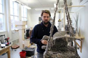I Bo Christian Larssons ateljé är naturen närvarande i form av fåglar, växter och svampar. Men hans konst handlar mer om våra föreställningar och ritualer kring natur och kultur än om själva landskapet.