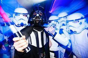 Darth Vader och hans Storm Troopers. Lasersvärdet är så klart med. Det är torsdag kväll och after-ski på Vemdalsskalet.