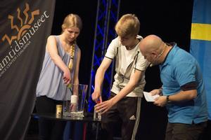 Innan samtalet med ISS visade Emilia Barkman Jonsson och Jonathan Thorén ett experiment för eleverna från de andra deltagande länderna.