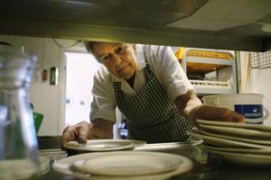 I köket är det personal mellan 20 och 85 år som arbetar, en bra blandning tycker Dagmar Högdahl.