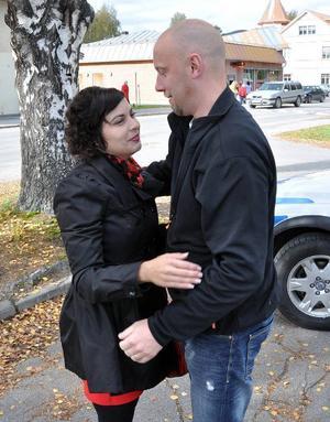 Hammarstrandspolisen Mikael Modin, Moderat i Ragunda kommunfullmäktige och efter valet troligen utan fullmäktigestol, stannade och kramade om sin besegrare.