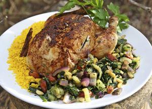 Med nordafrikansk kryddning blir kycklingen en spännande rätt som gärna serveras med saffranskryddad couscous.    Foto: Dan Strandqvist