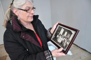MINNEN. Åsa Hedbom Dahlberg tittar på ett gammalt fotografi från den tiden på missionskyrkan blomstrade.