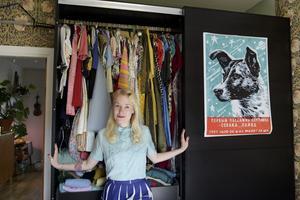 Karolines garderob är välfylld med fina vintageklänningar, främst från sent 1950-tal och tidigt 1960-tal.