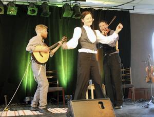 Magnus Zetterlund, cittern, Malin Foxdal, berättande och sång, samt Gustaf Melén, fiol, inhoppare för Anders Nygårds.