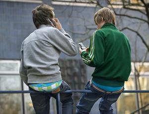 Sms, chatt och sociala medier ger unga en ny chans att använda sin dialekt i skrift, åtminstone i det svenskspråkiga Finland. Till höger Anna Greggas Bäckström.