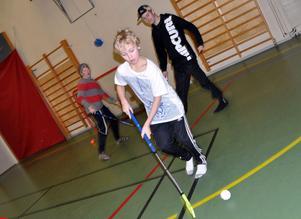 FULL FART. Sebastian Jensen dribblar fram med bandybollen.