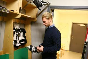 Skridskorna packas upp och Oscar Karlsson fick en stund senare bekanta sig med sina nya lagkompisar.