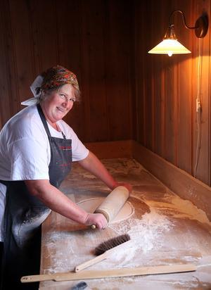 – Många vill komma in och känna lukten av nybakat. När de får se hur kavlandet och gräddningen går till blir de överraskade över hur mycket arbete det är med att baka tunnbröd, säger Anita Wagenius.