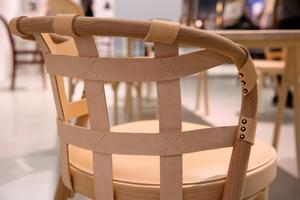 Gemlas vackra och handgjorda möbler har ofta läderinslag, och på stolen College av Front är breda läderband flätade runt hela stolsryggen.