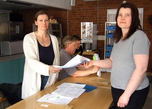 Maria Böe i Sörgårdens personalgrupp överlämnar protestlistor med över 1500 namn till omsorgsnämndens ordförande Ulrika Mellkvist (S).
