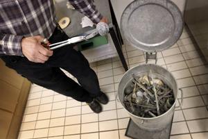 Metalldelar från människor sorteras bort ur askan. Det handlar om proteser av olika slag. Smycken placeras i urnan.