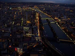 Denna bild är tagen på kvällen uppe i eiffeltornet.