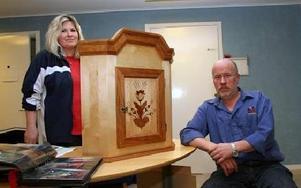Eleven Åsa Sandahl och läraren Staffan Dahl presenterade möbelsnickeriutbildningen när Hedemora Lärcentrum hade öppet hus.FOTO: PÄR SÖNNERT