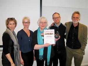 I mitten står Årets barnrättskämpe, Ingrid Kallberg, flankerad av Bitti Jonasson, Pia Sandvik, Fredrik Malmberg och Per Hedman.