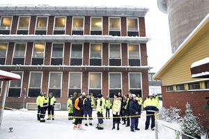 I snöblåst och minusgrader stod ett tjugotal medarbetare bakom ett blågult band och väntade på att bli insläppta till första lunchen i de nya lokalerna.