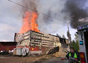 Den stora spånlagerbyggnaden gick inte att rädda och brann ned till grunden.