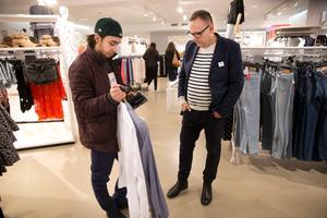 Vill du ha hjälp? Bosse Eriksson chef på H&M studerar Salaris val av skjortor. Bosse ser hur de flesta killar brukar nöja sig med en outfit för både dag och kväll på studentdagen.