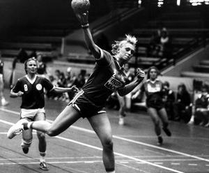 Anfallsspelare. En stilstudie från 1981. Lena Zachrisson gjorde sju mål i handbollspremiären mot Huddinge.