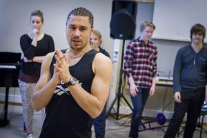 Dansambassadören Jörgen Vedeler har varit gästlärare på estet-tvåornas rytmiklektioner.