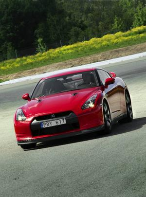 Världens vassaste serietillverkade sportbil. Nissan GT-R är – trots sitt format och sin höga matchvikt – ohyggligt snabb och lättfotad. Bilen innehar banrekordet på den klassiska nordslingan på tyska Nürburgring.   Foto: Rolf Gildenlöw