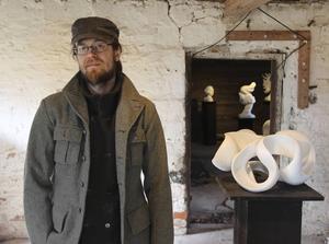 Pontus Ersbackens figurativa och nonfigurativa konstverk är skapade i marmor och alabaster. I ladan på gården har han sin ateljé och verkstad.
