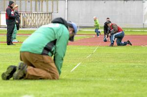Spjutkastningsfunktionärerna såg till att få resultaten rätt, på centimetern.