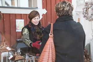 Wenche Engström är förutom arrangör också försäljare och hjälper en kund.
