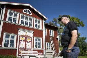 Enligt uppgifter som Sven-Olof Forslin har fått ska Oscar II ha sovit på gården i Kitte när gården fungerade som gästgiveri. Oscar II vapenmärke sitter ovanför en av husets dörrar.