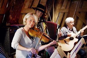 Fiolspelaren Ann-Sofie Lindström har tonsatt sina dikter och under kvällen deklamerade David Reino Svensson upp hennes Hällbo bygd medan hon spelade, inför en nöjd publik.
