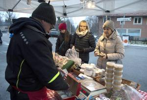 Joakim Blomkvist sålde ostar till Therese Eriksson, Eivor Gerdin och Carina Gerdin.