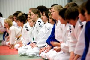 Samling på mattan. Koncentrerat lyssnar de unga judoeleverna på tränarens instruktioner. Lägret i Borlänge riktar sig till barn och ungdom i åldrarna 8-20 år samt vuxna.