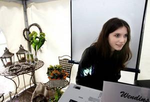 Elin Hagelin har gjort ett arbete om Wendins blommor i Bergby och hade satsat på ett bildspel och plockat med sig blomsterdekorationer från butiken till mässan på Stortorget.