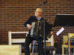 Lennart Höglund trakterar dragharmonikan med bravur.