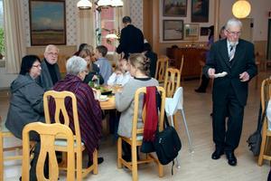 Mer än kyrkkaffe. Tanken med bruncherna i församlingshemmet är att kyrkbesökarna ska få möjlighet att umgås mer. Det serveras stadigare mat än fika och till efterrätt bjuds ett föredrag.BILD: JAN WIJK