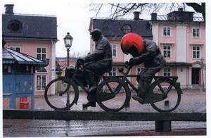 Nu är det inne att  ha cykelhjälm, även på Stora Torget i Västerås.