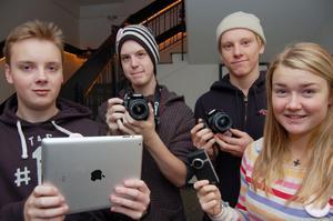 En del av mediagänget som såg till att direktsända demokratidagen ut på hemsidan, från vänster Peter Strömberg, Erik Hedenström, Lukas Johansson och Annie Pettersson