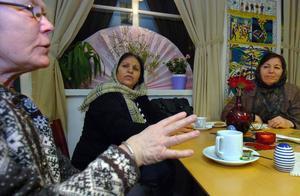Ragnveg Olshammar pratar med Homa Jala och Karima Ghulam Yahya från Afghanistan.