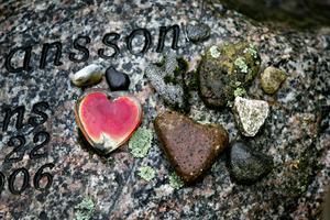 Hjärtan. Said Fransson lägger vackra stenar på sin makes grav.