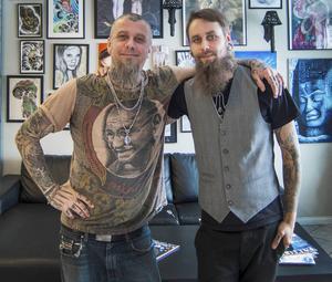Tatuerarartisterna Marcus Persson och Jocke Hultman är laddade för söndagens öppet hus i Härnösand. Jocke Hultman har världsrekordet i längsta tatueringssittning, med över 48 timmar. Foto: Jenny Hultman.