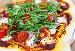 Det är ingen konst att baka sin egen pizza. Här en variant med bara grönsaker.