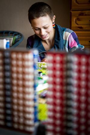 Bakom höghusen bygger Emma Farm klart den sista modulen till projektet Flemingsberg.