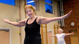 Balansövning. Erika Flink har full fokus på träningen. Man står på ett ben i taget och sträcker armarna utåt.