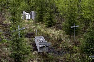 På Fort Kodiaks kyrkogård finns några få gravar. Vilka som vilar där är oklart.