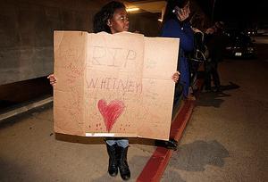 Fansen samlades utanför hotellet för att sörja sin idol.
