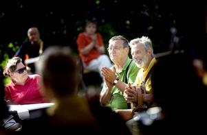TOG EN PAUS. Kerstin Mattsson, Seppo Saari och Lennart Olsson från spelmanslaget Durdraget kopplade av i solskenet och applåderade uppskattande till Jularbo Gille.