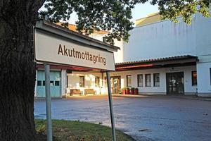 En man sökte vård akut på Avesta lasarett. Efter en tid avled mannen efter en fraktur i axeln. Nu anmäler Landstinget Dalarna händelsen till IVO.