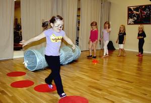 Dans och lek blandas i Funky kidz-gruppen för 4-5-åringar. Här kryper och hoppar barnen som kaninen Mini-hopp.