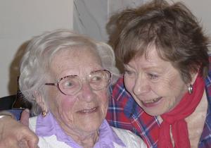 Margit Karlsson fick en kram av ordförande Anita Bohlin.
